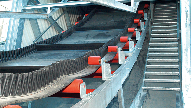 Steep incline conveyor belts